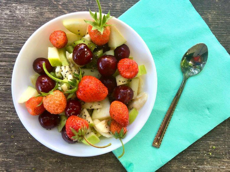 Пролетна овошна салата со јагоди и цреши 2
