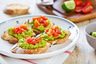 брускети со авокадо