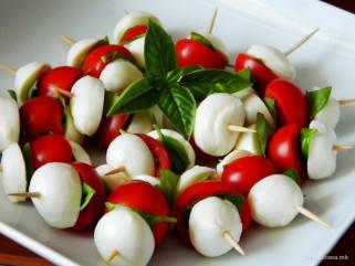 Мини капрезе салата – идеална за свечена трпеза