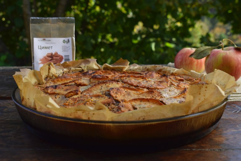 Есенска пита со јаболка и цимет - брза и без миксер 5
