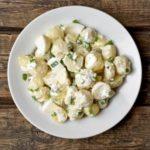салата со варени компири и јајца