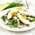 Пролетна салата со јајце и бел прелив 1