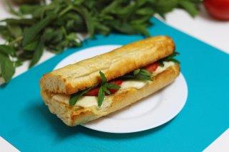 Капрезе сендвич