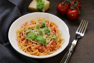 Брзи тестенини со домашен доматен сос 1