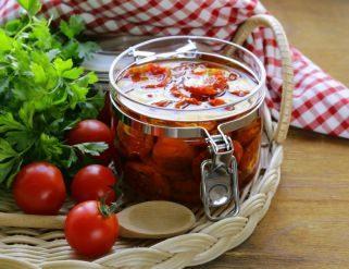 домати во тегла со масло