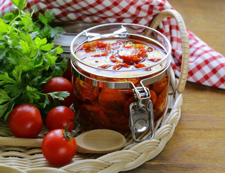 сушени домати во тегла