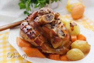 Печена свинска коленица со зеленчук 1