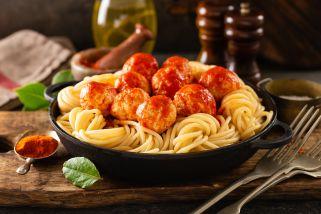 шпагети со ќофтиња во доматен сос
