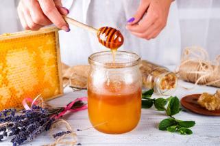 мед за чистење на лицето