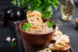 хумус од модри патлиџани