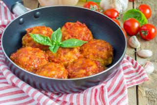 големи италијански ќофтиња во доматен сос