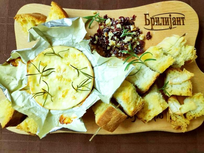 печено сирење со рузмарин и лук