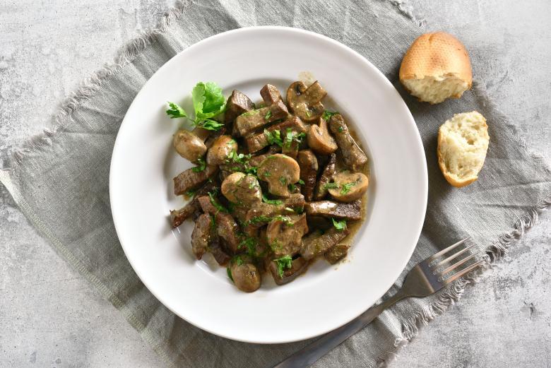 телешко месо во сос од печурки и павлака