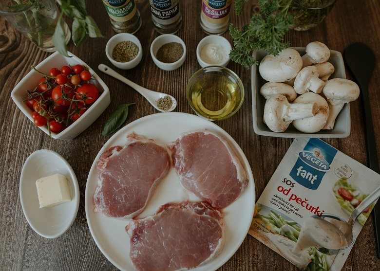свинско во сос од печурки - подготовка